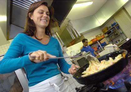 Starker Auftritt:Mit packenden TV- Darbietungen hat sich die Berliner Gastronomin Sarah Wiener in der deutschen Küchenszene nach ganz vorn gekämpft.
