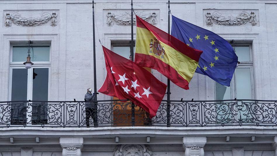 Flaggen der Region Madrid, Spaniens und der Europäischen Union: Spanien und Italien sind in Europa die von der Coronavirus-Pandemie am stärksten betroffenen Länder. Der Streit um die Art der Hilfe für diese Länder ist noch nicht beigelegt.