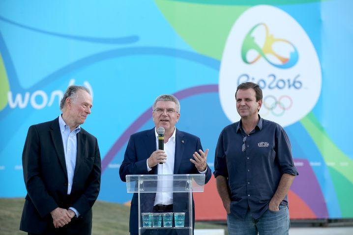 Hat noch Geld zu verteilen: IOC-Präsident Thomas Bach zwischen Organisationskomiteechef Carlos Arthur Nuzman (l.) und Rios Bürgermeister Eduardo Paes