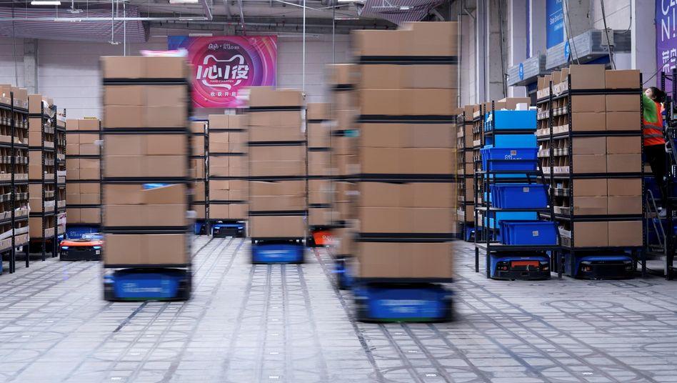 Roboter arbeiten in einem Alibaba-Warenhaus in Wuxi