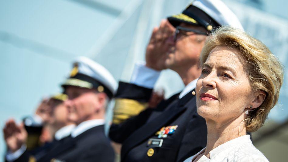 Ursula von der Leyen: Die Verteidigungsministerin hat in der Heimat mit einer maroden Bundeswehr und einer Berateraffäre in ihrem Ministerium zu kämpfen. Jetzt will sie weg von diesem Schleuderstuhl und unbedingt nach Brüssel.
