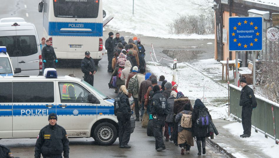 """""""Keine verlässlichen Kontrollen"""": Flüchtlinge passieren die deutsch-österreichische Grenze nahe Wegscheid. Bayern möchte an seinen Grenzabschnitten mit eigenen Leuten die Einreise kontrollieren, darf dies aber nicht. So konzentrieren sich bayerische Beamte auf die Schleierfahndung - beginnend wenige Meter hinter der Grenze, wie Bayerns Innenminister betont."""