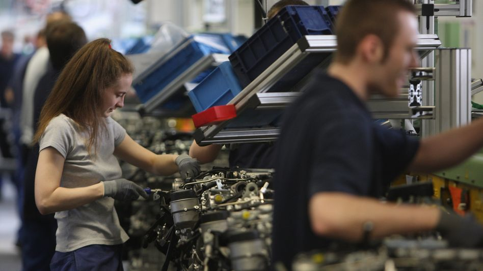 Motorenbau bei Daimler: Nach Angaben des Herstellers können schon bald mehr Elektro-Lkw unterwegs sein