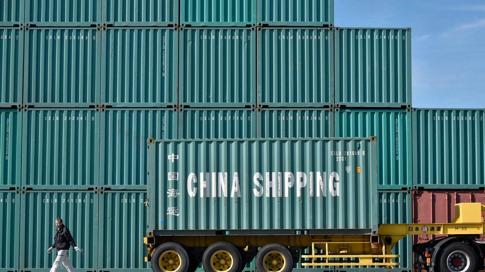 Containerterminal in Tokio: Im September fielen Chinas Exporte um 10 Prozent