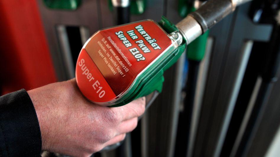 Autofahrer mit E10-Zapfhahn: Nur 22 Prozent der Autofahrer tanken den vermeintlichen Biosprit. Das sorgt für Engpässe beim Nachschub mit Superbenzin.