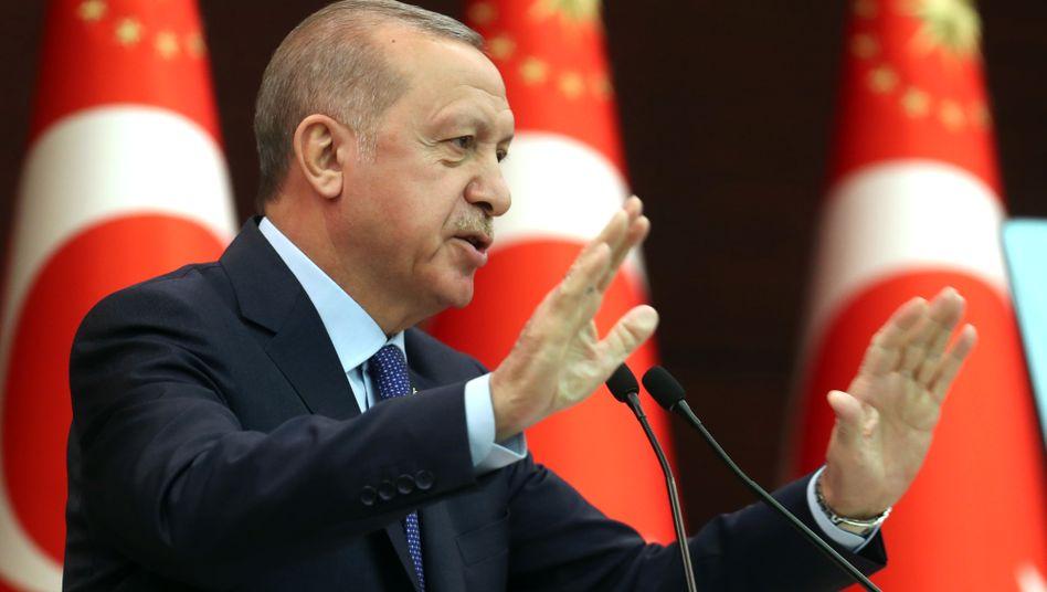 Recep Tayyip Erdogan: Als Staatschef hat Erdogan versagt. Die Türkei ist isoliert, die türkische Währung Lira im freien Fall