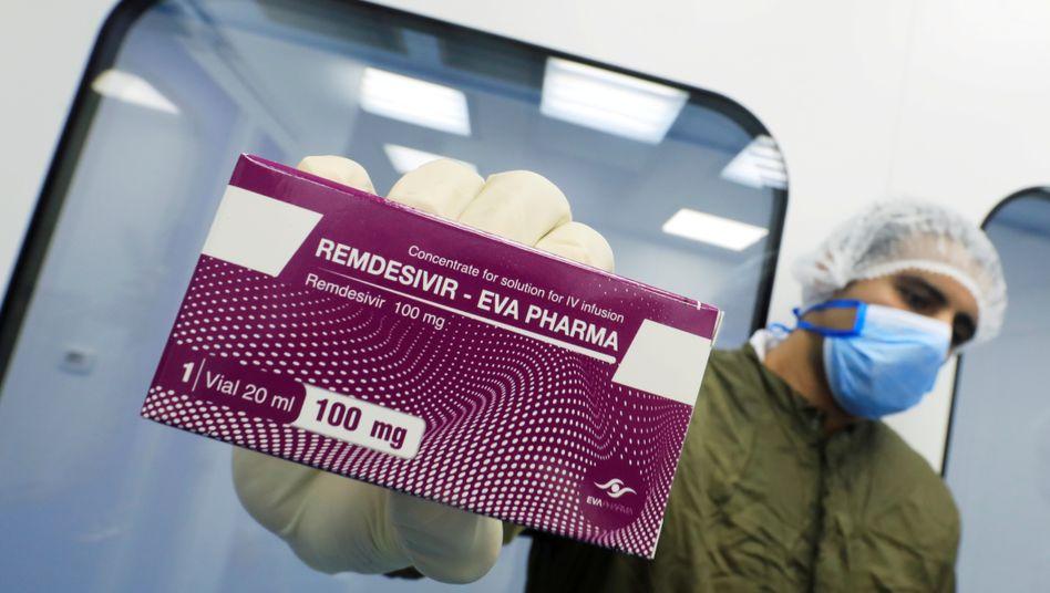 Labormitarbeiter der ägyptischen Firma Eva Pharma zeigt bereits produziertes Remdesivir-Generikum