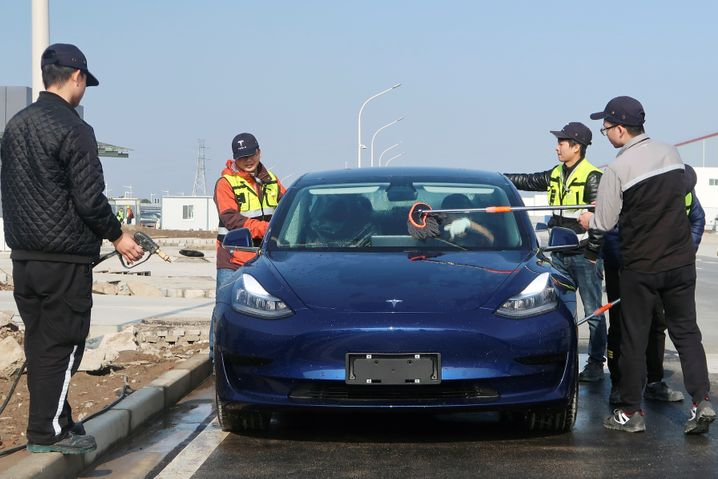 Fertig machen für den großen Moment: Arbeiter putzen am letzten Tag des Jahres 2019 in der Tesla-Fabrik von Shanghai ein Model 3 für die Auslieferung fein heraus.