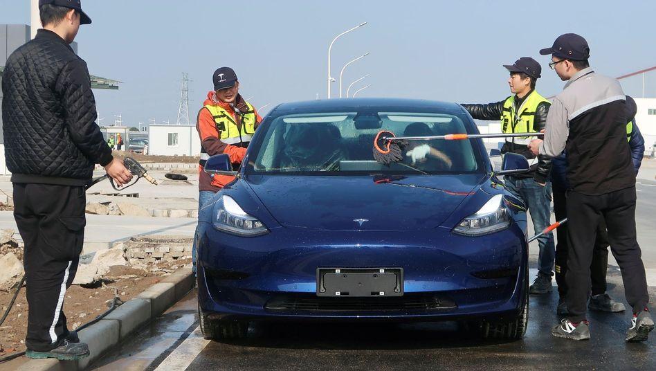 Tesla-Fabrik in Shanghai: Wegen des Coronavirus könnte es zu verzögerten Auslieferungen der Fahrzeuge kommen. Tesla-Aktionäre nehmen die vergleichsweise banale Erkenntnis zum Anlass, jüngste Kursgewinne in großem Stil wieder einzusacken.