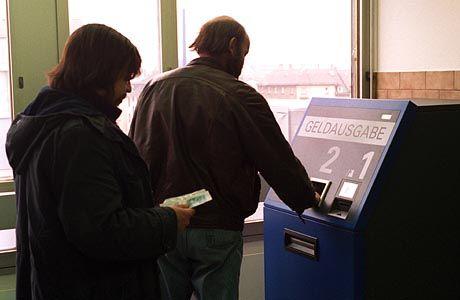 Geld vom Sozialamt: Ohne staatliche Unterstützung kommen viele Menschen nicht über die Runden - selbst wenn sie arbeiten.