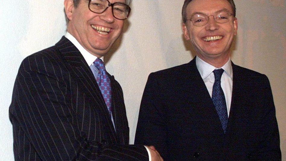Übernahmeschlacht mit Folgen: Klaus Esser (r.) war im Jahr 2000 als Vorstandschef von Mannesmann in der größten Übernahmeschlacht der deutschen Wirtschaftsgeschichte der britischen Vodafone und ihrem Chef Chris Gent (l.) unterlegen. Es war nicht zu Essers Nachteil: Er kassierte 30 Millionen Euro Abfindung - die hatte allerdings ein juristisches Nachspiel