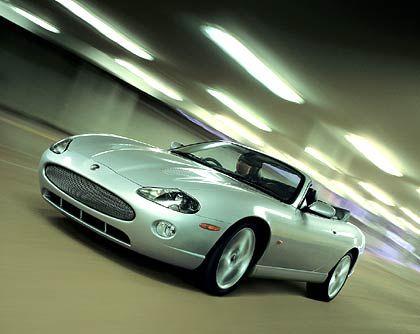 Jaguar XKR: Die britische Nobelmarke hat wahrlich schon bessere Zeiten gesehen. Gerade einmal 30 XK-Modelle (davon 23 als Cabrio XKR) wurden im April in Deutschland neu zugelassen. Bevor im Herbst auf der IAA der neue XK vorgestellt wird, können Jaguar-Aficionados für 95.500 Euro ein XKR-Sondermodell ordern, das aber wie gehabt von einem 4,2-Liter-Kompressor-Motor mit knapp 400 PS angetrieben wird und den flotten Briten in 5,6 Sekunden auf 100 km/h beschleunigt.