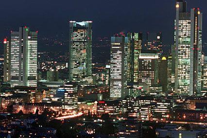 Frankfurt bei Nacht: Jeder entlassene Banker bedeutet 15 Quadratmeter freie Fläche