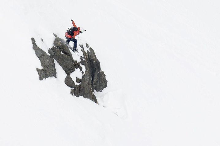 """Eine Frau, ein Fels, ein Sprung: Snowboarderin Estelle Balet beim """"Xtreme de Verbier"""" im April 2016"""