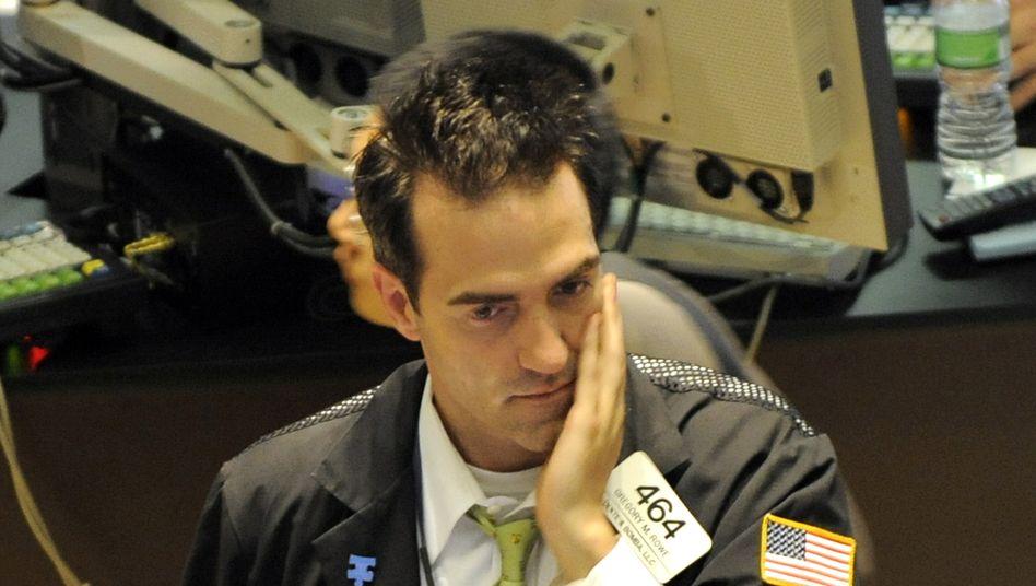Kursrutsch: Der Dax verliert am Montag knapp 5 Prozent und ist charttechnisch unter die 50-Tage-Linie gerutscht. An der Wall Street starten die US-Indizes einen Erholungsversuch