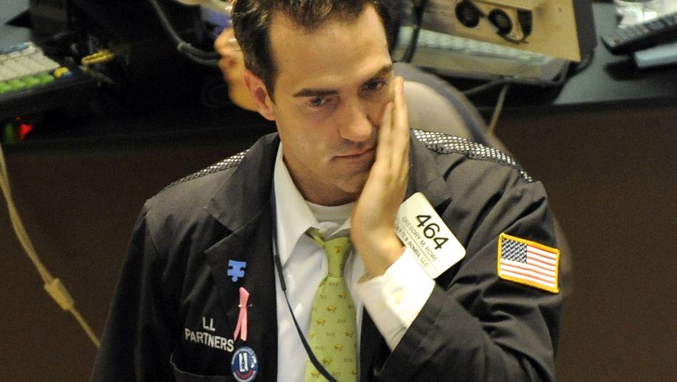 Ungläubiges Entsetzen: Ein Händer der New Yorker Börse verfolgt am 6. Mai wie der Dow Jones binnen Minuten 700 Punkte verliert. Das Rätsel des größten Kurssturzes seit 1987 ist jetzt gelöst