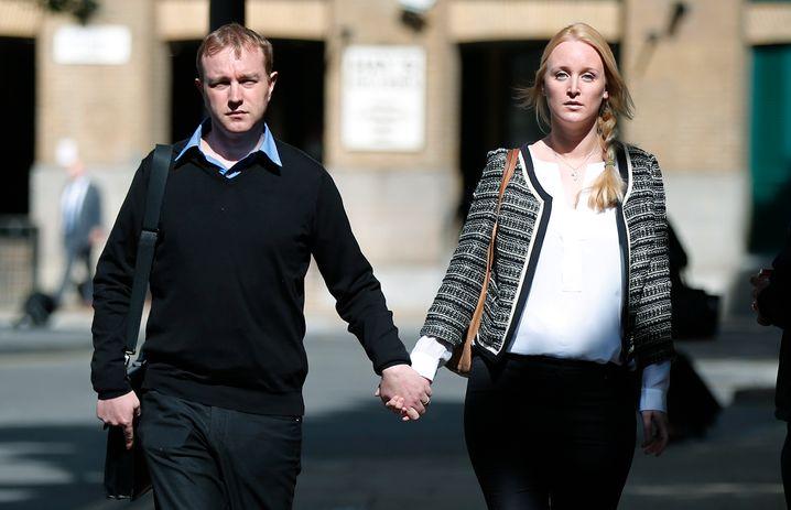 Als Einzige an seiner Seite : Anwältin Sarah Tighe , Ehefrau des verurteilten UBS-Bankers Tom Hayes