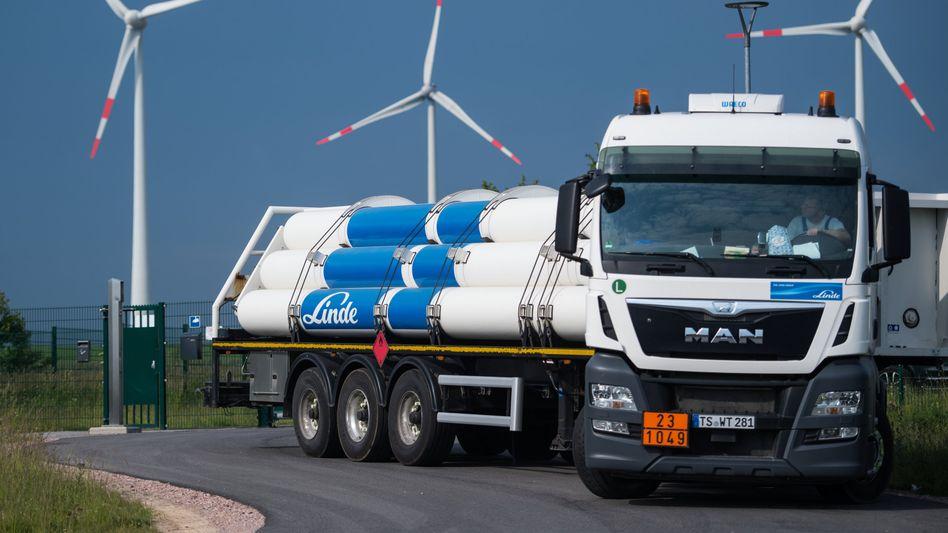 Großversuch: Lastwagen mit Wasserstofftanks verlässt die Power-to-gas-Anlage im Energiepark Mainz