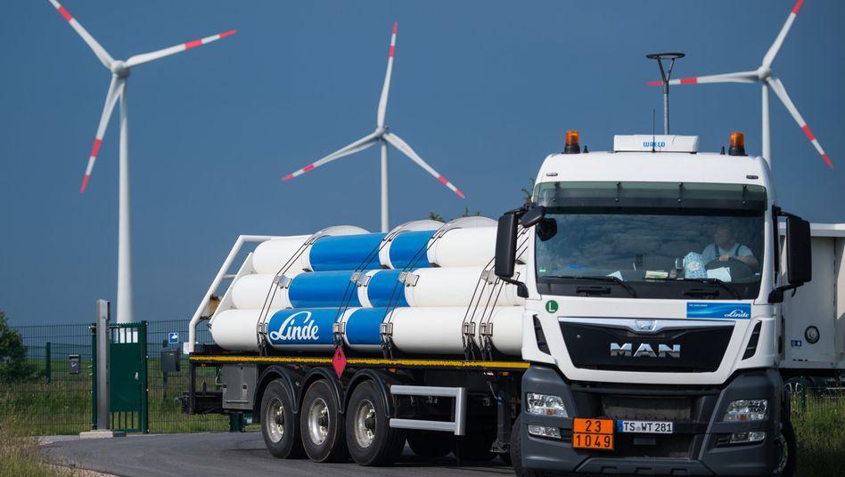 Wasserstofftankfahrzeug vor Versuchsanlage in Mainz