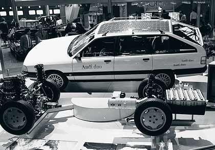 Technikträger mit Hybrid: Ein Audi 100 mit der neuen Technik wird 1990 zum Genfer Salon transportiert