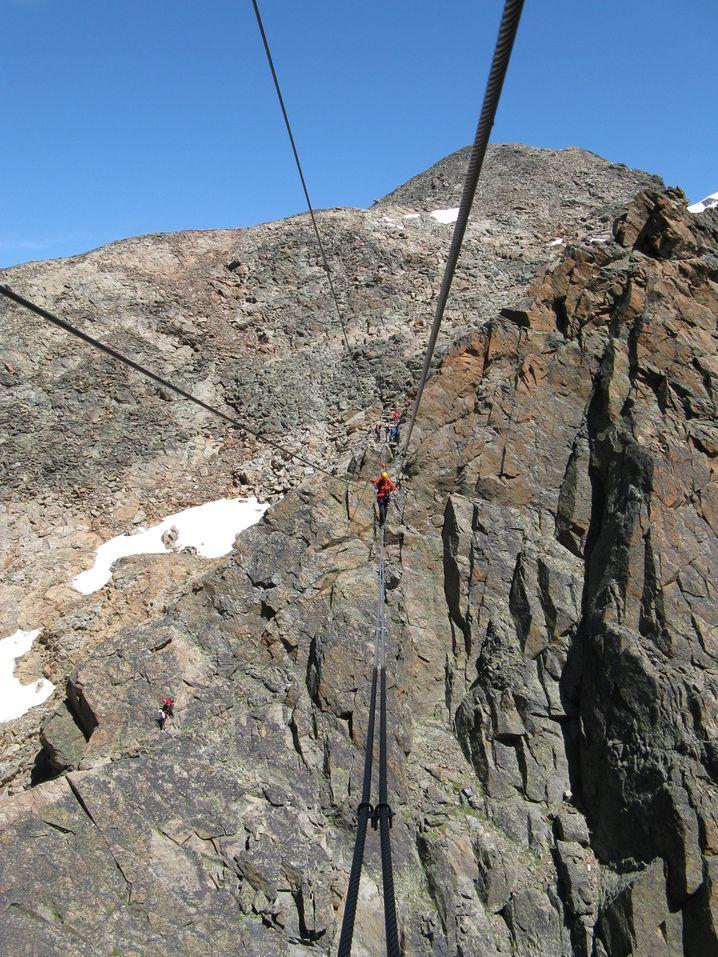Einer der höchsten Klettersteige in den Alpen: Über Seilbrücken geht es zum Jägihorn.