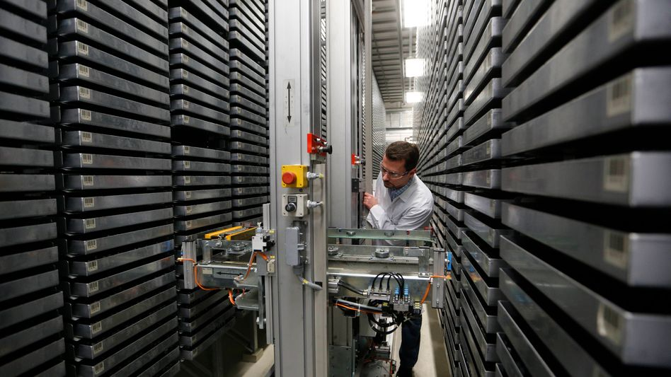 Neuer Wissensschatz: Mitarbeiter in der Substanzbibliothek des Bayer-Pharmaforschungszentrums in Wuppertal