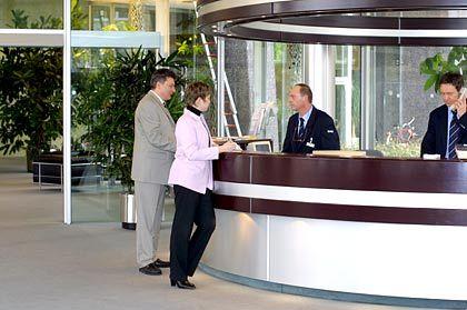 Szene mit Kunden: Die Eingangshalle der BASF-Zentrale präsentiert sich schmucklos.
