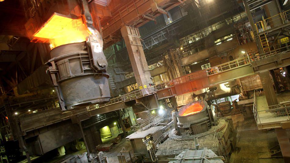 Eisen aus dem Hochhofen: Sinkende Stahlpreisen und die Folgen von Fehlinvestitionen reißen große Löcher in die Bilanz von ThyssenKrupp