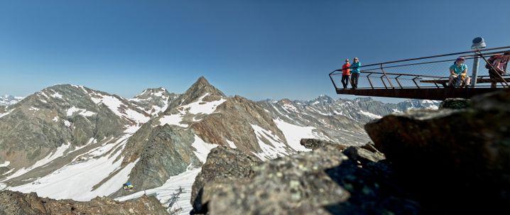 Top of Tyrol heißt die Aussichtsplattform in den Stubaier Alpen, die oben am Grat des Großen Isidor angebracht wurde. Sie bietet an klaren Tagen wunderbare Fernsicht.