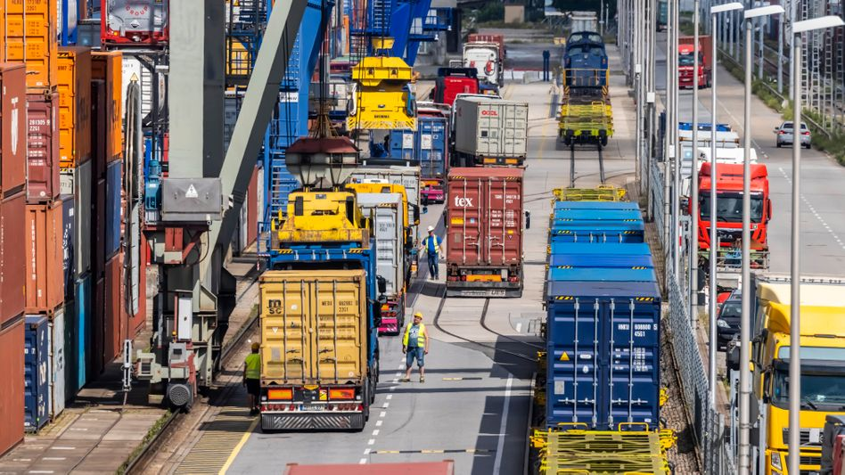 Überall Engpässe: Containerverladung im Mannheimer Hafen
