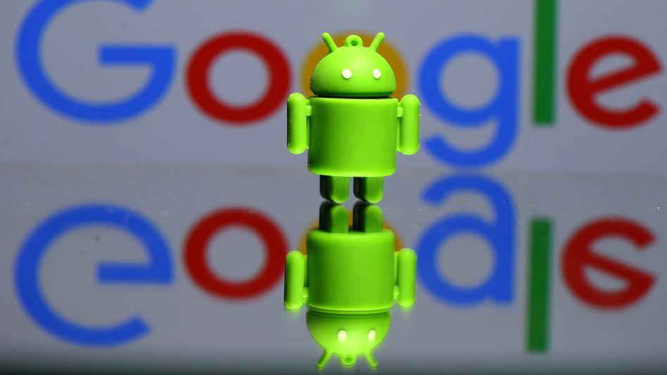 Das Android-Maskottchen kommt recht freundlich daher: Tatsächlich dominiert Betriebssystem weltweit acht von zehn Smartphones. Die EU-Kommission will diese Dominanz einschränken