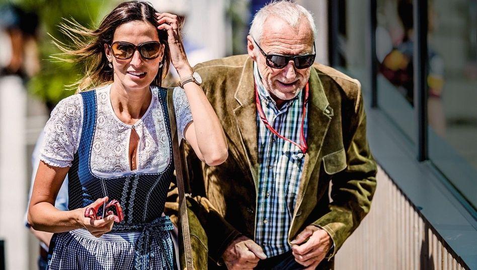 Genial und verschwiegen: Obwohl Mateschitz investigativen Journalismus finanziert, weicht er, wie hier bei einem Formel-1-Rennen mit Freundin Marion Feichtner, der Öffentlichkeit lieber aus.