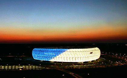 Könnten die Farben von 1860 sein, aber auch die des Sponsors: Die Allianz kaufte die Namensrechte, deshalb heißt das Fröttmaninger Stadion offiziell Allianz-Arena