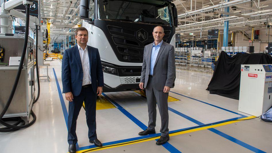 Große Ziele mit großen Produkten: Iveco-Chef Gerrit Marx (l.) und Nikola-CEO Mark Russel in der neuen Produktionshalle in Ulm