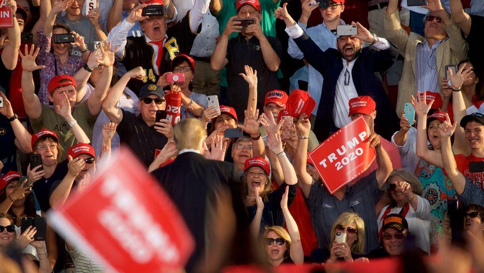 Applaus dem Populisten: Unterstützerinnen von US-Präsident Donald Trump in Pennsylvania