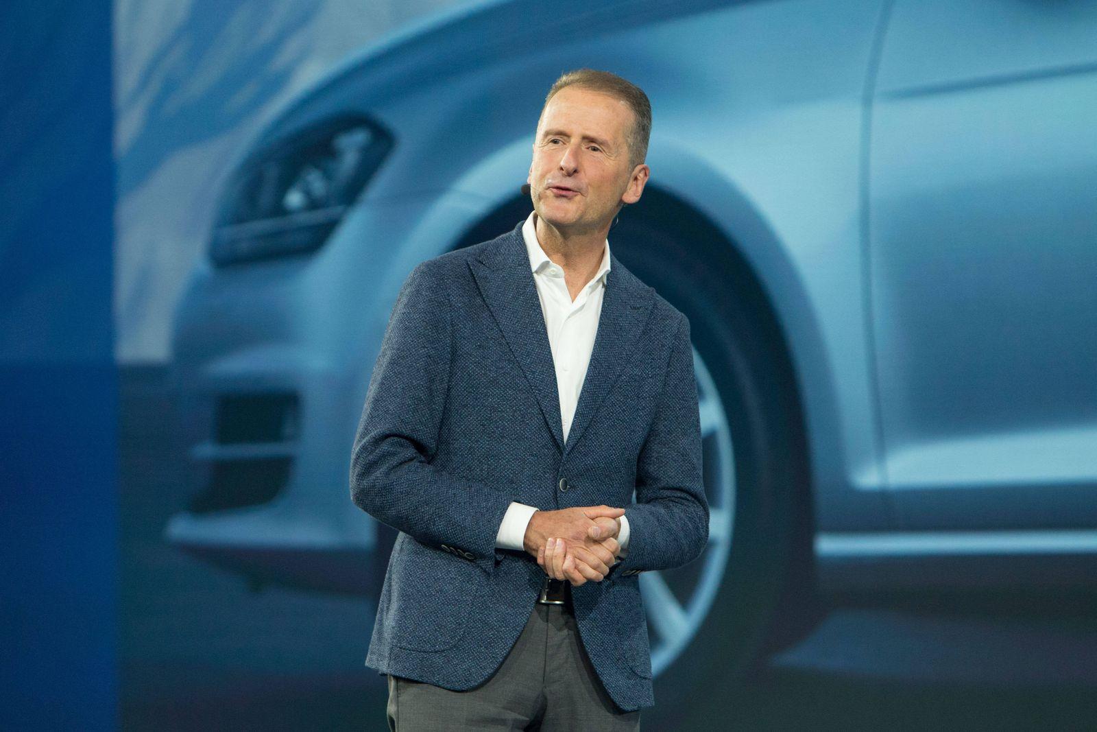 24.10.2019, xtgx, Wirtschaft Auto, Volkswagen - Weltpremiere Vorstellung Golf VIII 8 acht emspor, v.l. Herbert Diess (V