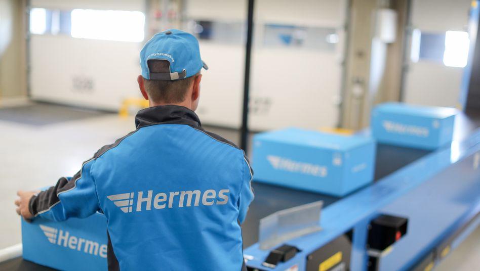 Mitarbeiter in Logistikzentrum von Hermes in Kabelsketal, Sachsen-Anhalt