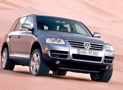 """VW Touareg: Wie bei seinem """"Bruder"""" Cayenne wird auch die Plattform für den VW-Offroader im slowakischen Volkswagen-Werk in Bratislava gefertigt. Knapp hinter dem BMW X3 ist der Touareg mit einem Marktanteil von 10 Prozent (1600 Neuzulassungen im April) die Nummer zwei bei den SUVs in Deutschland. Die Preisspanne reicht von knapp 40.000 Euro (TDI mit 174 PS) bis 72.500 Euro (V10 TDI mit 313 PS)."""