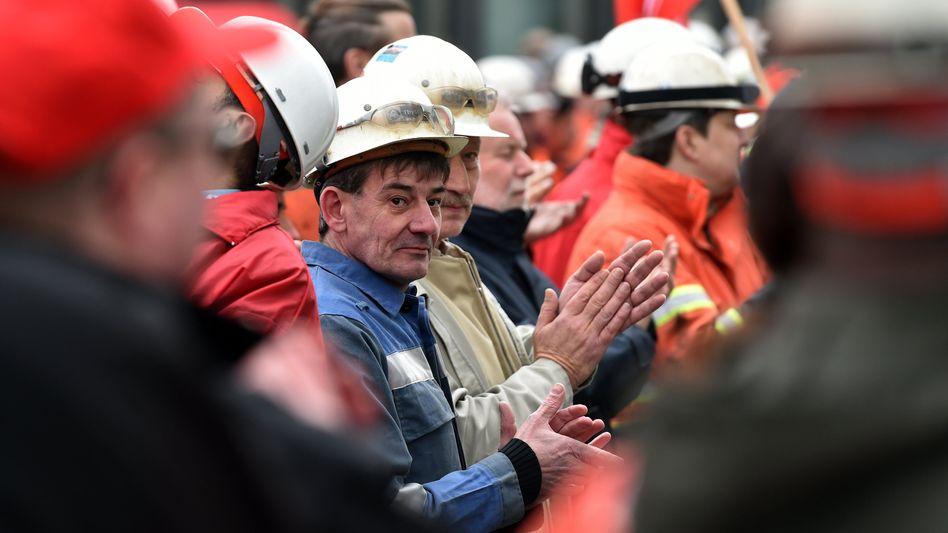 Stahlarbeiter von Thyssenkrupp: Der Fusion des Stahlgeschäfts mit Tata Steel stehen sie kritisch gegenüber, jetzt stimmten sie mehrheitlich einem neuen Tarifvertrag zu, der ihnen im Falle der Fusion über Jahre den Arbeitsplatz sichern soll
