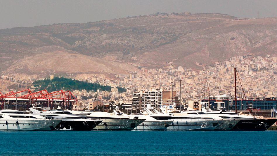 Yachthafen in Athen: Griechenland wurde jahrelang von Oligarchen sowie von korrupten und unfähigen Politikern ausgeplündert. Trotz der Milliardenhilfen von EZB und Euro-Partnern droht nun die Staatspleite - seit Jahren fließt das Geld der Europäer in ein Faß ohne Boden