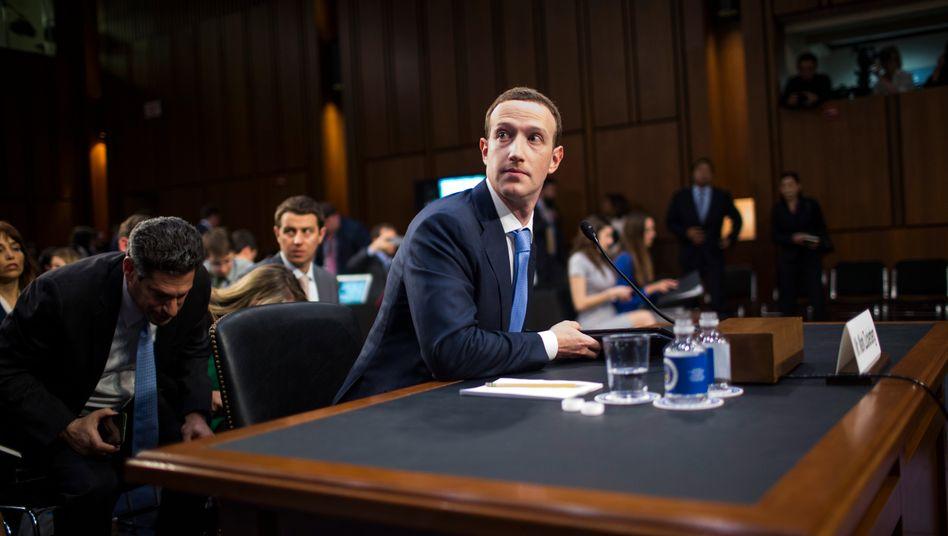 Facebook-Gründer Mark Zuckerberg in einer Senatsanhörung: Welche Verantwortung trägt das soziale Netzwerk für die Verbreitung von Fake News?