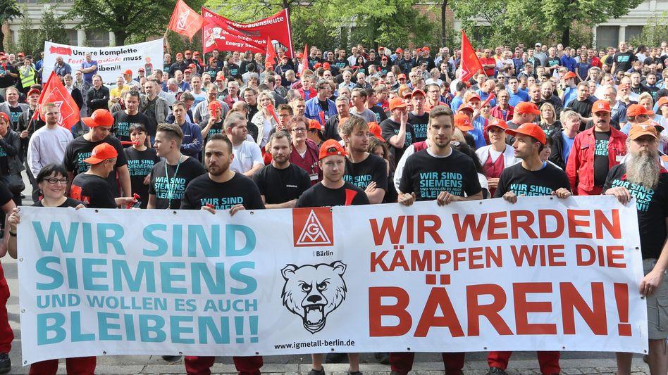 Protest nicht nur in Berlin: Mitarbeiter von Siemens demonstrieren am Dienstag in der Hauptstadt und anderen Orten in Deutschland gegen den geplanten Stellenabbau des Konzerns. 5100 Stellen sollen allein in Deutschland wegfallen