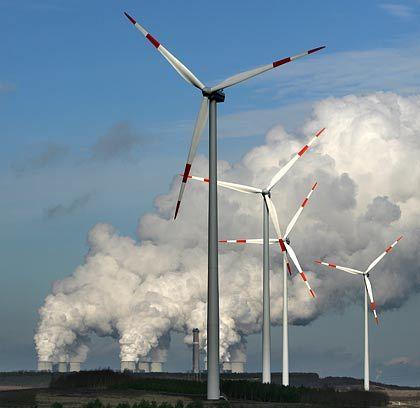 Windräder vor Braunkohlewolken: Rund 20.000 Anlagen in Deutschland