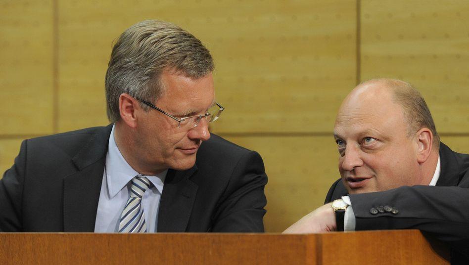 Die Staatsanwaltschaft ermittelt gegen den ehemaligen Sprecher von Ex-Bundespräsident Wulff, Olaf Glaeseker (r.), seit gut einem Jahr.