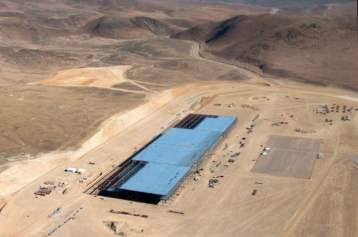 Bau der Batteriefabrik von Tesla in Nevada: Konzerne in den USA verknüpfen die Tech- mit der Energiewelt