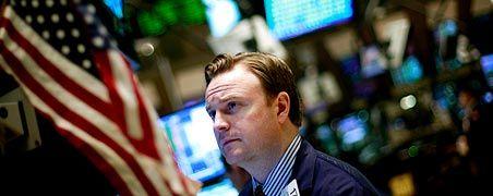 Skepsis an der Wall Street: Die US-Notenbank stützt mittlerweile mit Billionen Dollar die Märkte und erhofft sich, so den Wirtschaftsaufschwung herbeizuführen. Doch die Börsianer trauen dem Braten nicht, fürchten eine steigende Inflationsgefahr auf mittlere Sicht. An der US-Börse trauchte der Dow Jones deshalb am Freitag auch ab.
