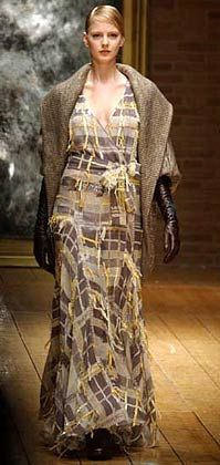 Fransen-Look Laura Biagiotti zeigte feminine Entwürfe in gedeckten Farben