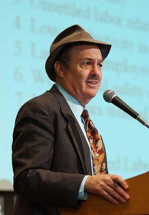 """Richard B. Freeman ist Professor für Ökonomie an der Harvard University und einer der führenden Arbeitsmarktforscher der USA. Er leitet Forschungsprojekte am National Bureau of Economic Research und der London School of Economics. Seine mehr als 300 Schriften behandeln Themen wie Gewerkschaften, Einkommensunterschiede, Migration, Handel und Arbeitsmarkt. 2007 erhielt er den Preis für Arbeitsökonomie des Bonner Instituts zur Zukunft der Arbeit (IZA). Am 23. Juni hält Freeman am Wissenschaftszentrum Berlin (WZB) einen Vortrag unter dem Titel """"Economics of Greed and the US Brand of Capitalism""""."""