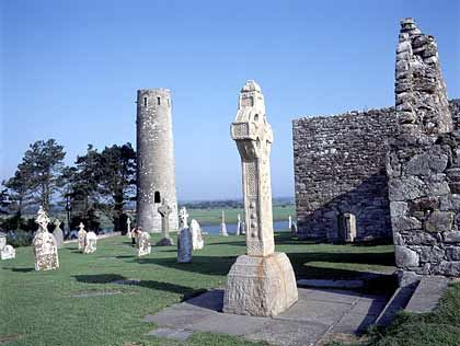 Steinalte Grabkreuze: Das Kloster Clonmacnoise war lange das Zentrum der keltischen Kirche