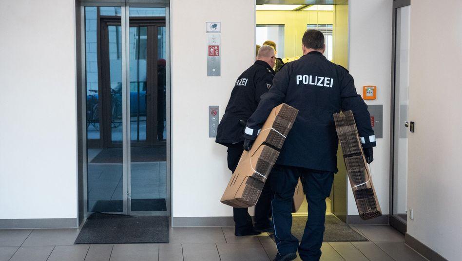 Tatort Hamburg: Beamte suchen in einem Bürogebäude die Niederlassung eines Pharmaunternehmens auf. 420 Polizisten und sechs Staatsanwälte durchsuchten am Dienstag 47 Gebäude in Norddeutschland wegen des Verdachts des millionenschweren Abrechnungsbetrugs mit Krebsmedikamenten.